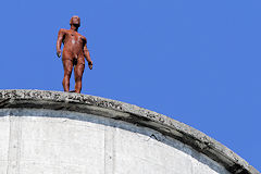 Sculpture d'Antony Gormley au sommet d'un silo des bassins à flot  | Photo Bernard Tocheport