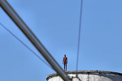 La Sculpture d'Antony Gormley en position de funambule depuis un silo | Photo Bernard Tocheport