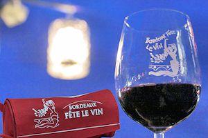 Le verre st son étui symbôles de Bordeaux Fête le Vin   Photo Bernard Tocheport