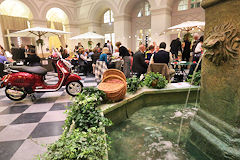 Vespa et fontaine soirée Dolce Vita Bordeaux SO Good 2018 | Photo Bernard Tocheport