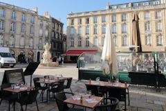 Terrasse de restaurant et fontaine de la place du parlement à Bordeaux | Photo Bernard Tocheport