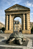 Bordeaux tortue et porte d'Aquitaine face à la rue Sainte Catherine | Photo Bernard Tocheport