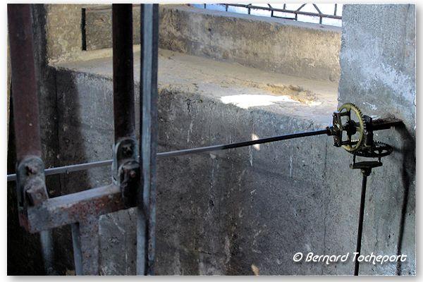 Bordeaux tringlerie horloge de la grosse cloche photo for Tringlerie porte fenetre