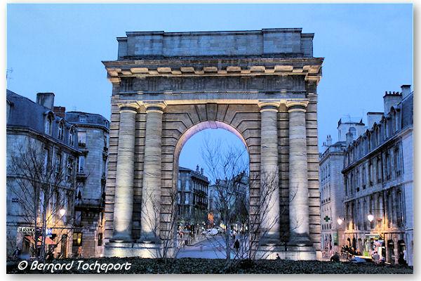Bordeaux la porte de bourgogne clair e avec une lumi re blanche photo bernard tocheport - Porte de garage bordeaux ...