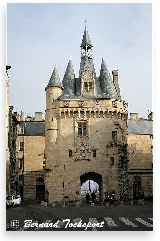 Bordeaux la porte cailhau vue depuis l 39 ancienne place du for Porte cailhau