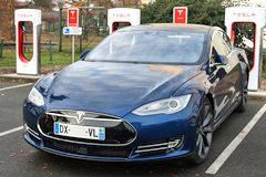 Model S devant les super chargeurs de TESLA | photo 33-bordeaux.com