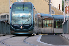 Tram franchissant le pont du Cours Henri Brunet  -  photo 33-bordeaux.com