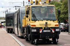 Camion Unimog remettant le tram sur ses rails -  photo 33-bordeaux.com